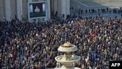 Люди, собравшиеся на площади Святого Петра в Риме. Ватикан, 17 февраля 2013 года.