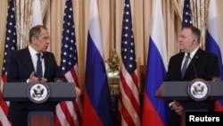 Sergei Lavrov (solda) və Mike Pompeo