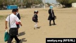 Дети села Шубарши идут в школу. Актюбинская область, 14 мая 2012 года.