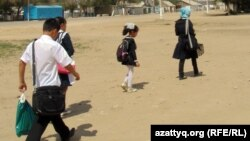 Дети идут в школу. Село Шубарши Актюбинской области. Иллюстративное фото.