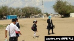 Мектепке бара жатқан балалар. Ақтөбе облысы, Шұбарши кенті, 14 мамыр 2012 жыл. (Көрнекі сурет)