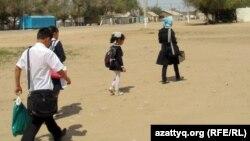 Мектепті бетке алған ауыл балалары. Шұбарши кенті, Ақтөбе облысы, 14 мамыр 2012 жыл. (Көрнекі сурет)