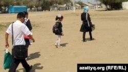 Дети идут в школу. Село Шубарши Актюбинской области, 14 мая 2012 года.