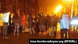 Прихильники акції з цивільної блокаді Криму на пікеті під Адміністрацією президента, Київ, 21 листопада 2015 року