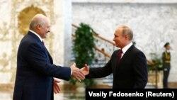 Аляксандар Лукашэнка вітае Ўладзіміра Пуціна ў Менску 19 чэрвеня
