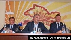 Сергій Аксьонов (у центрі) на підприємстві «Кримхліб»