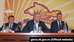 Сергей Аксенов (в центре) на предприятии «Крымхлеб»