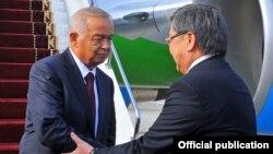 O'zbekiston Prezidenti Islom Karimovni Bishkek aeroportida Qirg'iziston Bosh vaziri Jantoro Satibaldiyev kutib oldi.