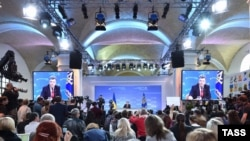 Перед ответами на вопросы Порошенко выступил с получасовой речью