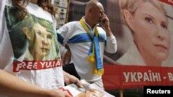 Футбол жанкүйерлері Юлия Тимошенконы босатуды талап еткен қозғалыстарға белсене қатысты. Киев, 12 маусым 2012 жыл