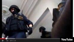 """Praganing """"Chyorniy most"""" mavzeidagi masjidda juma namozini bo'lib kirgan politsiya maxsus kuchlari reydi aks etgan videodan olingan surat."""