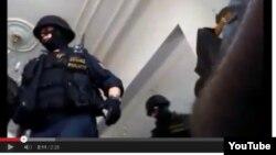 "Праганинг ""Чёрный мост"" мавзеидаги масжидда жума намозини бўлиб кирган полиция махсус кучлари рейди акс этган видеодан олинган сурат."