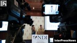 Момент телесъемки выступления руководителя представительства NDI в Грузии. 10 июля 2012