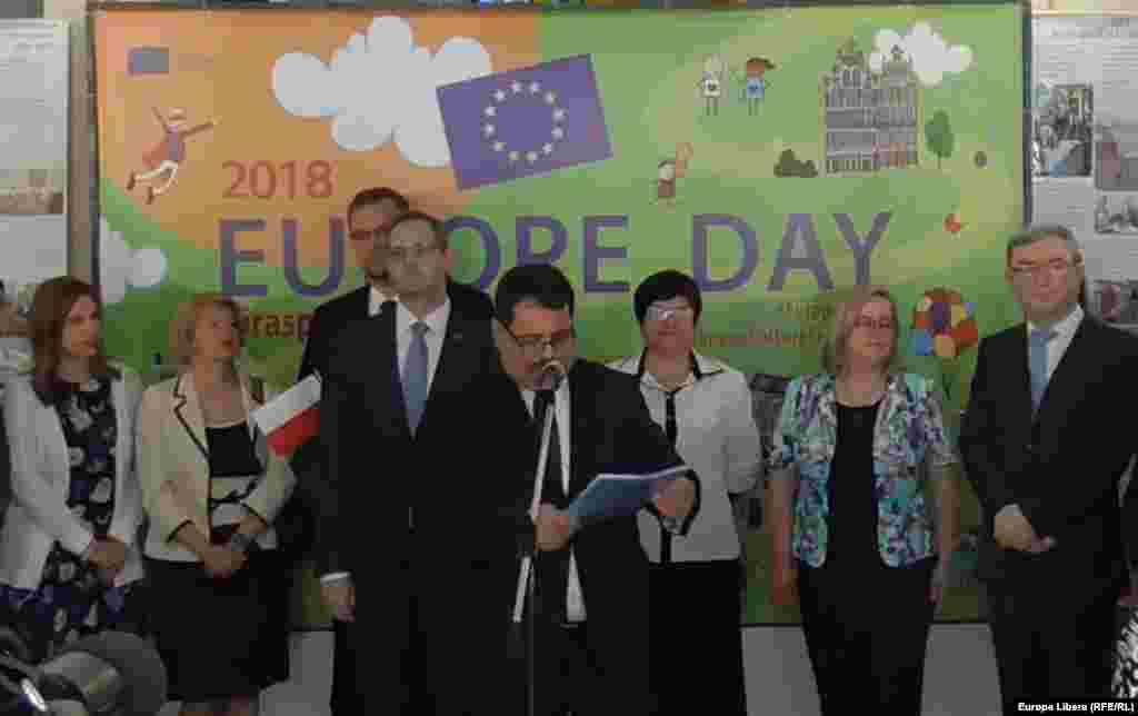Șeful Delegației UE în Moldova, Peter Michalko (centru)
