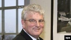 وزير دفاع بريتانيا مسئولیت کامل تصمیم گیری درباره فروش خاطرات ملوانان بریتانیایی را بر عهده گرفته است.