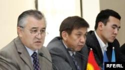Конституциялык кеңешменин төрагасы Өмүрбек Текебаев, мүчөлөрү Эркин Алымбеков, Медер Абдиев.
