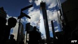 أميركيون يمرون أمام برج الحرية في نيويورك الذي بني بمكان برجي مركز التجارة العالمي الذين إستهدفتهما هجمات 11 أيلول 2001