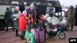 Вимушені переселенці зі східних областей України прибули до Харківського аеропорту, січень 2015 року