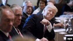 Президент США Дональд Трамп під час засідання кабінету у Білому домі почув чимало компліментів. Вашингтон, 12 червня 2017 року