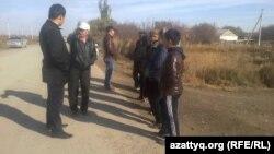 Взрослые жители дома пенсионерки Умитгуль Альмагамбетовой и их сторонники не позволяют снести его. Кызылорда, 25 октября 2014 года.