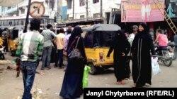 Люди на улицах индийского города Хайдерабада.