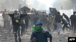 Египет. Демонстранттар Ички иштер министрлигине кеткен жолдо полициянын атайын күчтөрү менен салгылашууда. Каир. 23-ноябрь 2011