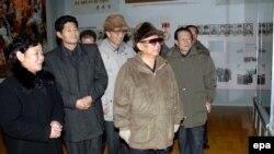 کیم جونگ ایل، رهبر کره شمالی، شرایط سخت گیرانه ای را برای شهروندان این کشور حاکم کرده است.