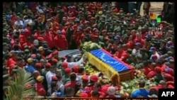 Начало траурной процессии в Каракасе - гроб несут в Академию вооруженных сил Венесуэлы