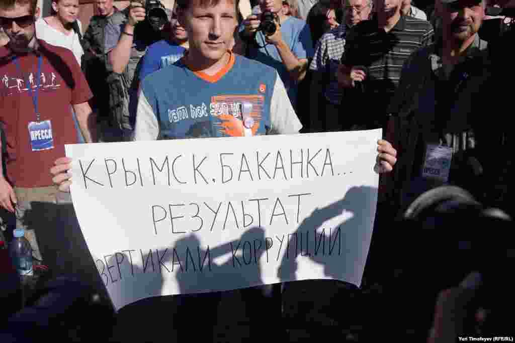 Технология Триумфальной: человек дорстает плакат, к нему подходят журналисты, скозь журналистов пробирается полиция и уносит человека в автобус.
