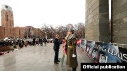 Հայաստանի վարչապետ Նիկոլ Փաշինյանը հարգանքի տուրք է մատուցում Մարտի 1-ի զոհերի հիշատակին, 1 մարտի, 2020թ.