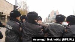 Полицейские задерживают Дулата Агадила в Нур-Султане. 26 октября 2019 года.