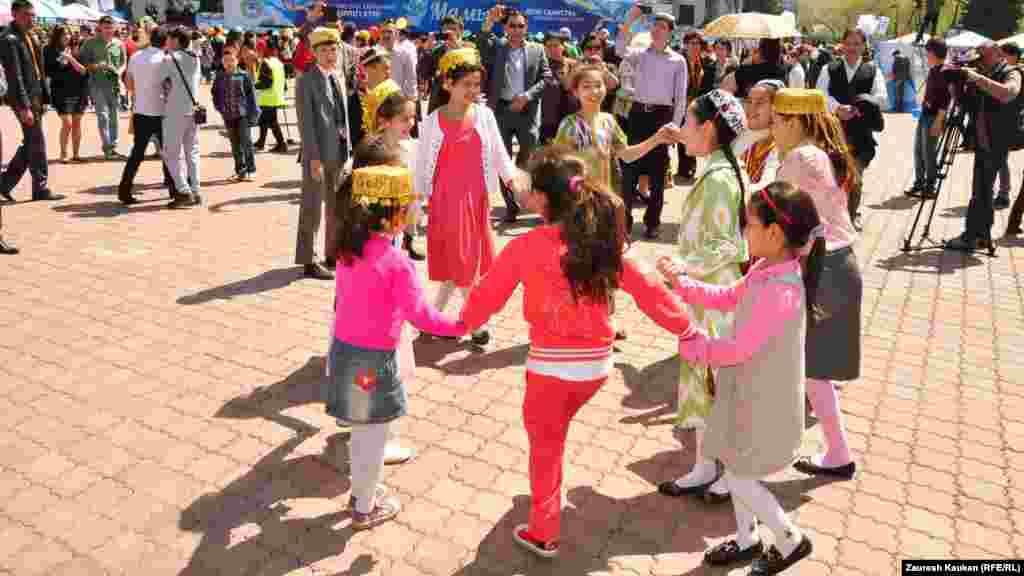 Мереке кезінде Республика сарайы алдындағы алаңда билеп жүрген балалар. Алматы, 1 мамыр 2014 жыл.