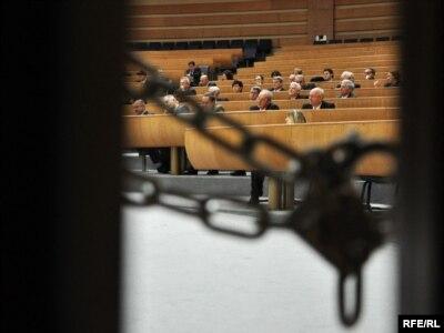Katanac na vratima parlamenta - ilustrativna fotografija: Midhat Poturović