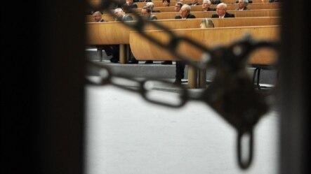 Katanac na vratima Parlamenta FBiH - ilustracija