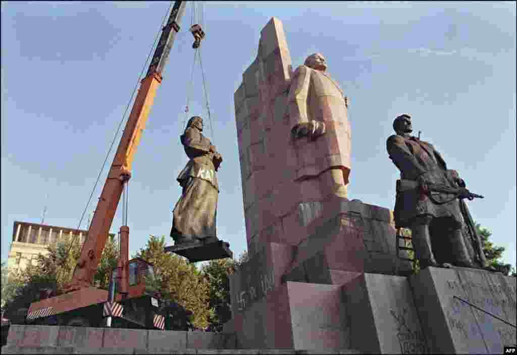 У Києві демонтують монумент на честь «Великої Жовтневої соціалістичної революції», в центрі якого скульптура Леніна. 12 вересня 1991 року