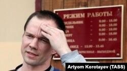 Ильдар Дадин у здания суда в Москве