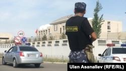 Хитойнинг Бишкекдаги элчихонаси олдида турган қирғиз милиционери.