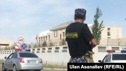Policia kirgize në afërsi të ambasadës kineze në Bishkek