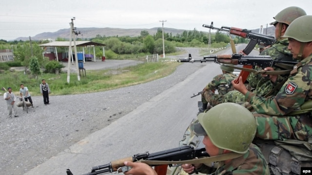 Kyrgyz soldiers patrol in Jalal-Abad on June 17.
