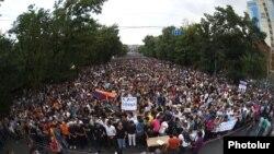 Армения - Акция протеста инициативы «Нет грабежу!» на проспекте Баграмяна в Ереване, 24 июня 2015 г․