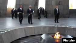 Armenia - French President Nicolas Sarkozy (L) and his Armenian counterpart Serzh Sarkisian lay flowers at the Armenian Genocide Memorial in Yerevan, 06Oct2011.