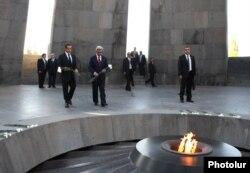 Президент Франции Николя Саркози и президент Армении Серж Саргсян возлагают цветы к мемориалу жертвам Геноцида армян, Ереван, 6 октября 2011 г.