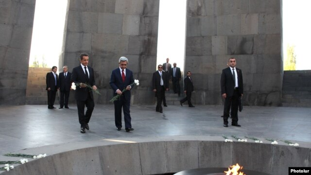 Armenia - French President Nicolas Sarkozy and his Armenian counterpart Serzh Sarkisian lay flowers at the Armenian Genocide Memorial in Yerevan, 06Oct2011.