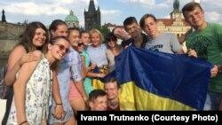 Діти українських військових, що загинули на війні на Донбасі, на канікулах у Празі у колі нових друзів