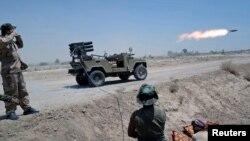 """Шиит согушкерлери """"Ислам мамлекети"""" тобуна каршы согушууда. Анбар провинциясы, Ирак. 6-июль, 2015-жыл"""