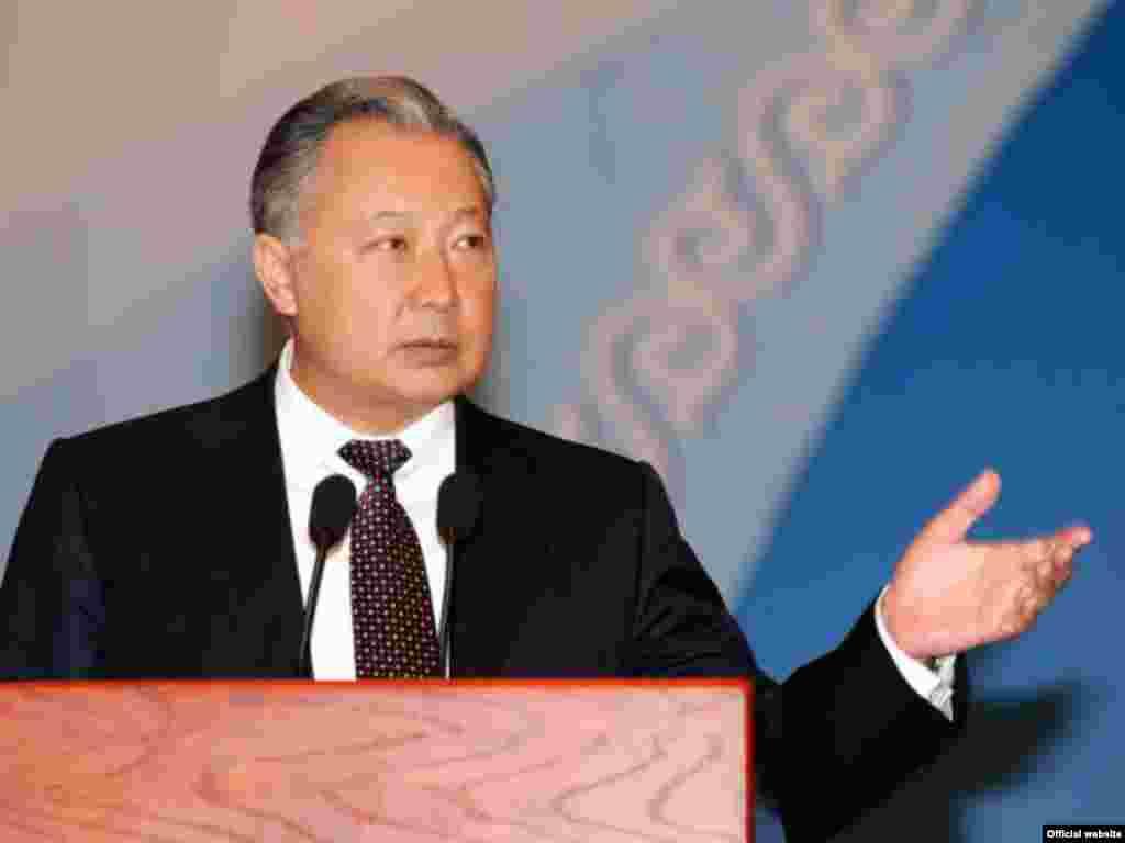 Курманбек Бакиев руководил правительством с 21 декабря 2000 года по 22 мая 2002 года.