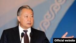 Президент Курманбек Бакиев Ынтымак курултайында сөз сүйлөөдө.