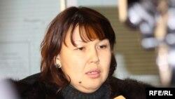 Мұхтар Жәкішевтің зайыбы Жәмила Астанадағы сотта үзіліс кезінде журналистерге сұқбат беріп тұр. Астана, 10 ақпан 2010 жыл.