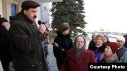 Сергій Чебаненко, начальник управління внутрішньої політики Луганської міськради, заспокоює мітингувальників з ПСПУ. Березень 2005 року. Фото Юрія Кривенка