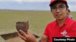 Археолог Айбар Қасеналин археологиялық қазба орнында тұр. Сурет оның жеке мұрағатынан алынды.